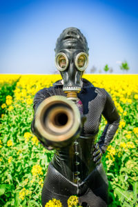 Fetish Girl with a Gasmaske // Gasmasked Fetishgirl at a canola field